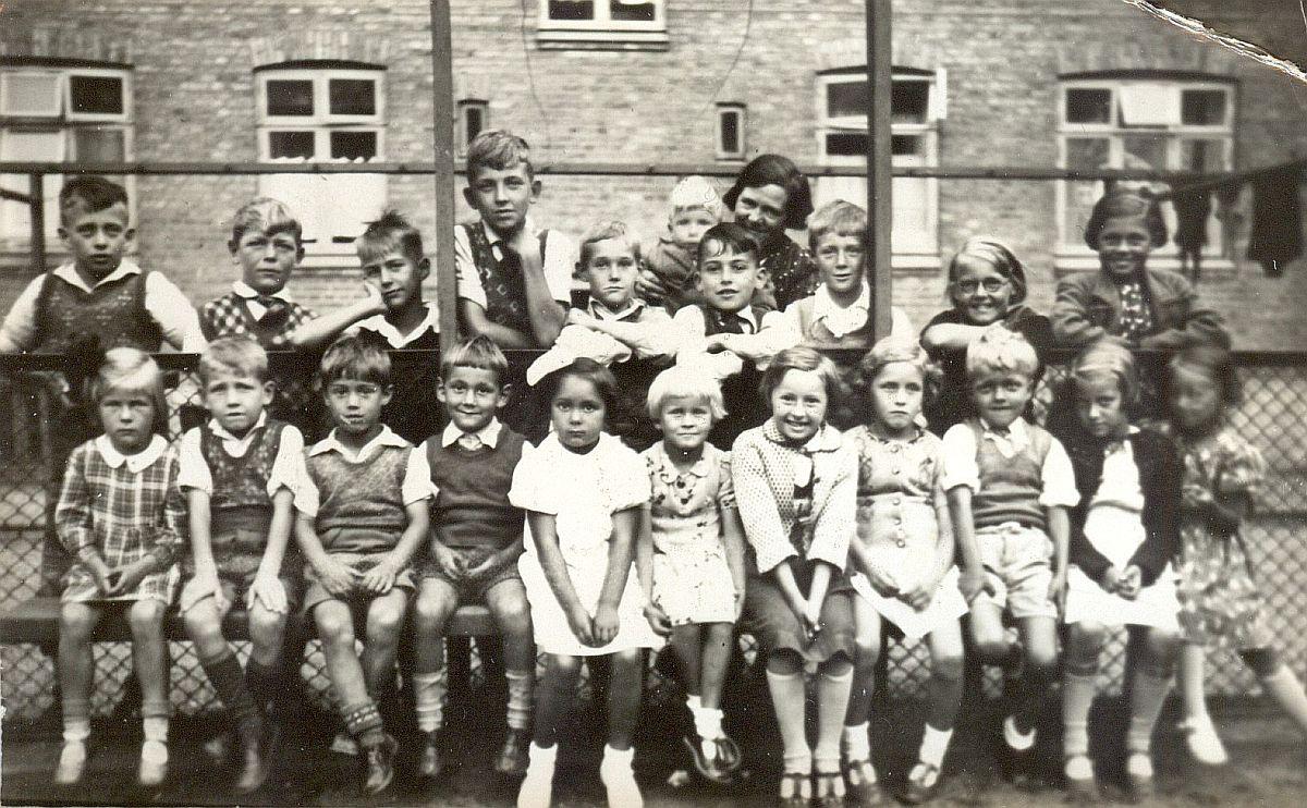 0fb901c462f3 1937 af gårdens børn i påfaldende pænt tøj tilhører den nu 80-årige Egon L.  Pedersen der boede i ejendommen som barn. Han er den lille lyshårede purk  på ...